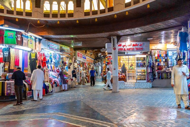 Muscat Oman - December 17, 2018: Hall och gallerior av den Mutrah Souq marknaden fotografering för bildbyråer