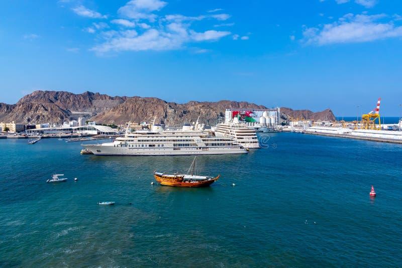 Muscat Oman - December 17, 2018: Port av Muscat, huvudstaden av Oman fotografering för bildbyråer