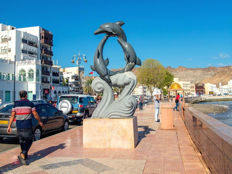 Muscat Oman - December 17, 2018: skulptur av delfin på stadsinvallningen arkivbilder