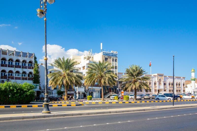 Muscat Oman - December 17, 2018: stadsgata, sikt av det Nassem hotellet royaltyfri fotografi