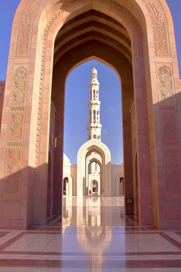MUSCAT OMAN: Den huvudsakliga ingången av Sultan Qaboos Grand Mosque royaltyfri bild