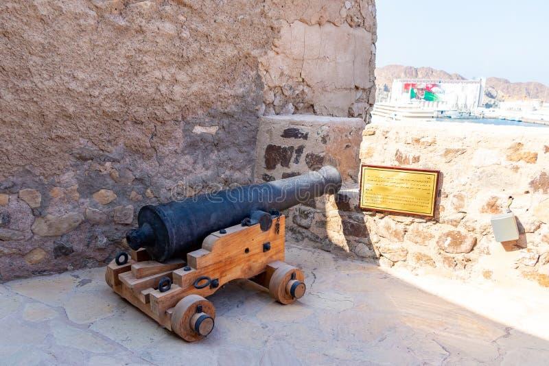 Muscat, Oman - 17 dicembre 2018: Pistola a Mutrah forte in Muscat, la capitale dell'artiglieria dell'Oman immagini stock