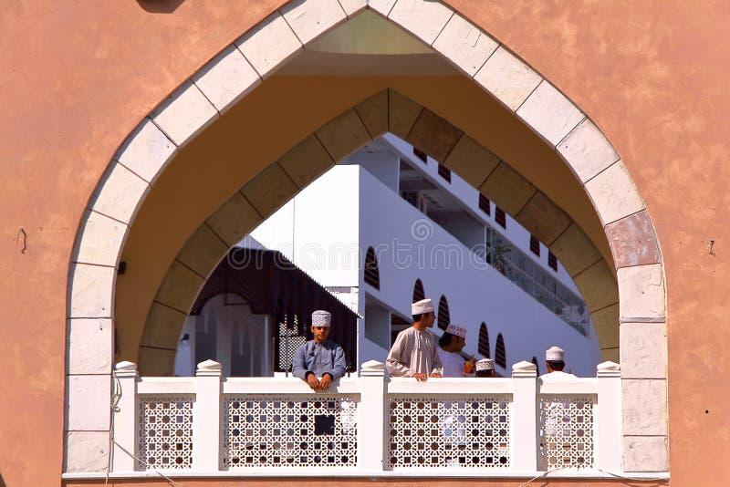 MUSCAT OMAN - FEBRUARI 9, 2012: Gallerier på ingången av souken i Muttrah arkivfoton