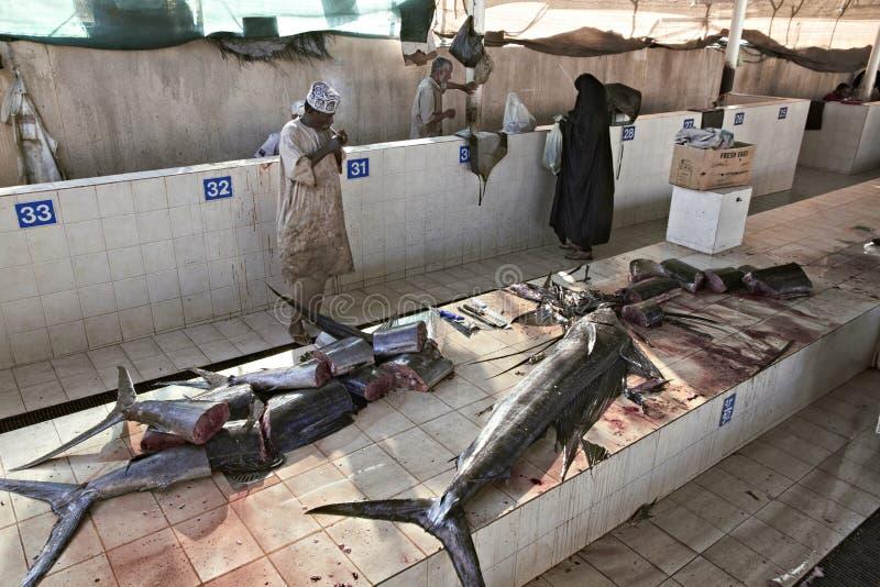 muscat oman fiskmarknad på Muttrah, stadmitt av Muscat, Oman Flera tonfisk och annan fisk på stalls royaltyfri bild