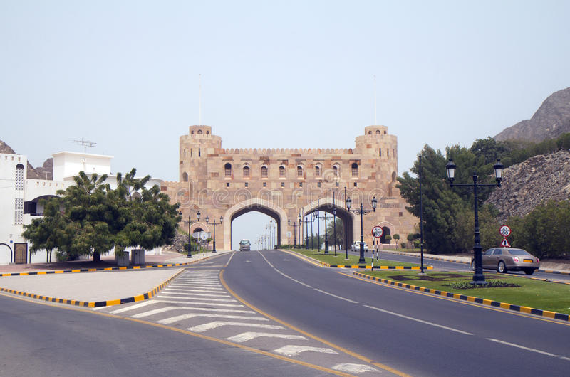 Muscat. Oman. Gamla stadsportar (XVI C.) royaltyfri fotografi