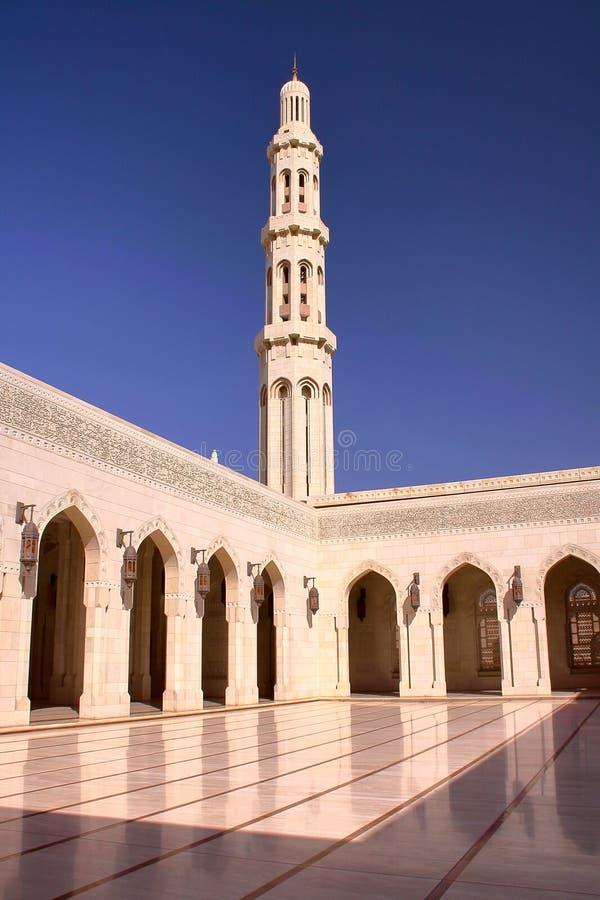 MUSCAT OMAN: Minaret och borggård med gallerier på Sultan Qaboos Grand Mosque fotografering för bildbyråer