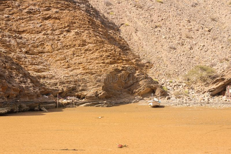 Muscat Yiti παραλία του Ομάν μια ηλιόλουστη ημέρα με το νεφελώδη καιρό που έχει τα βουνά στο υπόβαθρο στοκ εικόνες