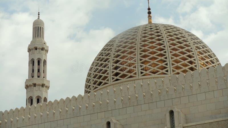 Muscateldruif, Oman, 8 Januari 2014: Koepel van de Grote Moskee van Muscateldruif stock foto's