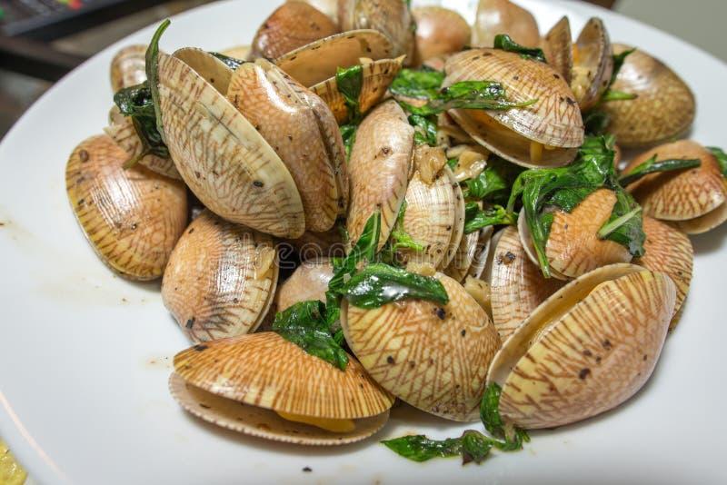 Muschel gebratene Pfeffersoße mit Basilikum lizenzfreie stockfotos