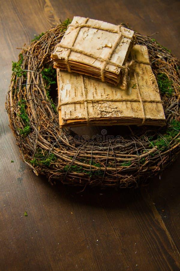 Muschio e corone di legno fotografia stock