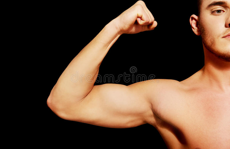 Muscle de biceps d'un jeune homme sportif photo stock