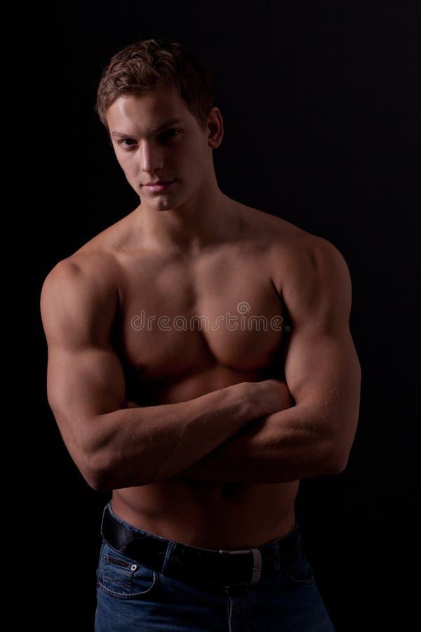 Muscle Il Giovane Ragazzo Nudo Bagnato Sexy Che Si Trova