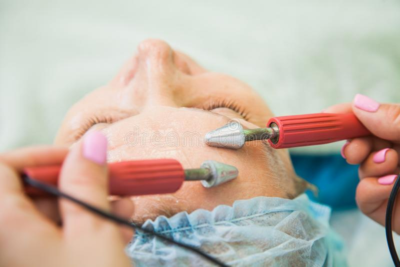 Muscle tonificando la procedura per la donna senior nella clinica di cosmetologia fotografia stock