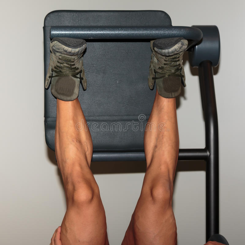 Muscles de veau du ` s d'homme : Vue de plan rapproché pendant les exercices de presse de jambe photo libre de droits