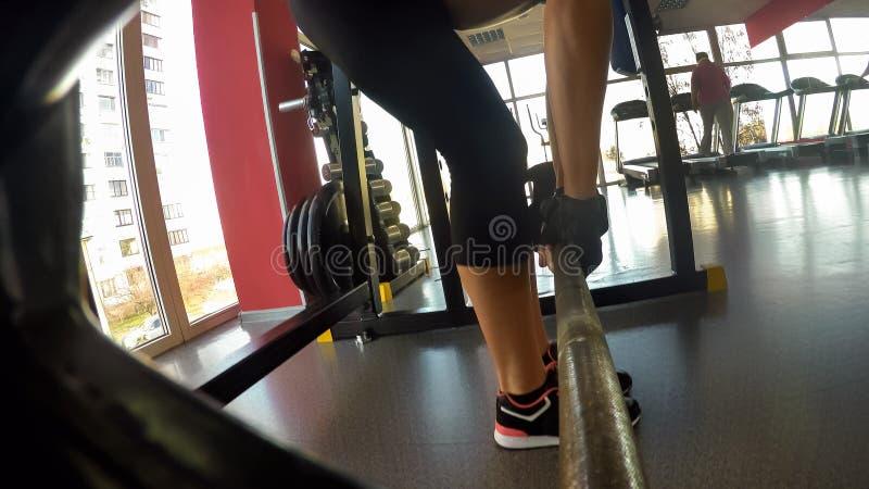 Muscoli di pompaggio femminili muscolari in palestra, facente deadlift, resistenza e forza immagine stock libera da diritti