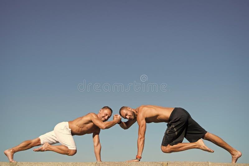 Muscular y confiado Los hombres sostienen el tabl?n del ab Los hombres musculares hacen el deporte al aire libre Cuidado m?dico ? imagen de archivo libre de regalías