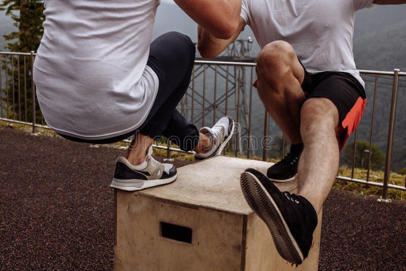 Musculat-Kerle, die sich einem Bein untersetzte Übung, Abschluss, Training im Freien zeigen lizenzfreie stockfotografie