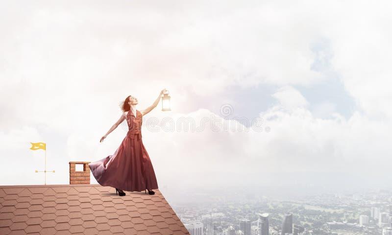 Muse attrayante de fille avec la vieille lanterne à disposition au jour d'été Media mélangé images libres de droits