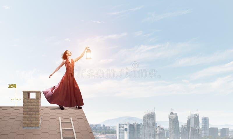 Muse attrayante de fille avec la vieille lanterne à disposition au jour d'été Media mélangé image stock