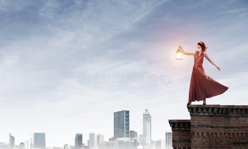 Muse attrayante de fille avec la vieille lanterne à disposition au jour d'été Media mélangé photo libre de droits