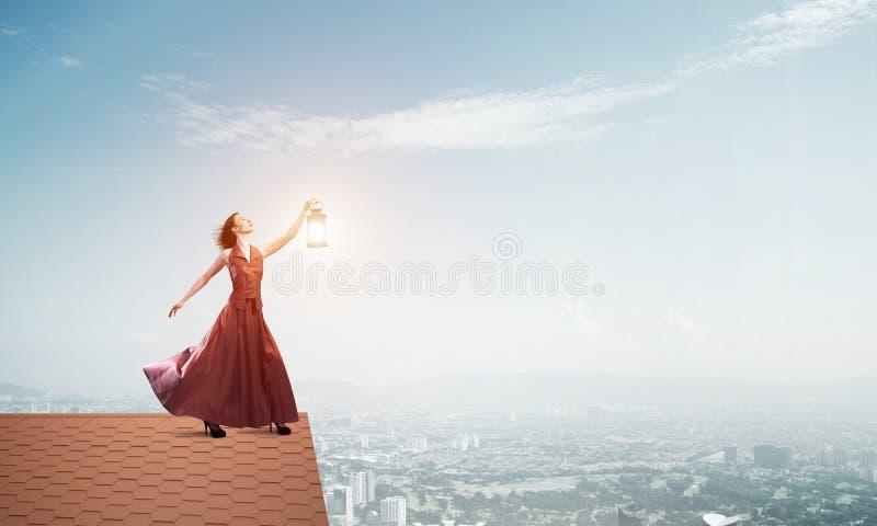 Muse attrayante de fille avec la vieille lanterne ? disposition au jour d'?t? Media m?lang? image stock