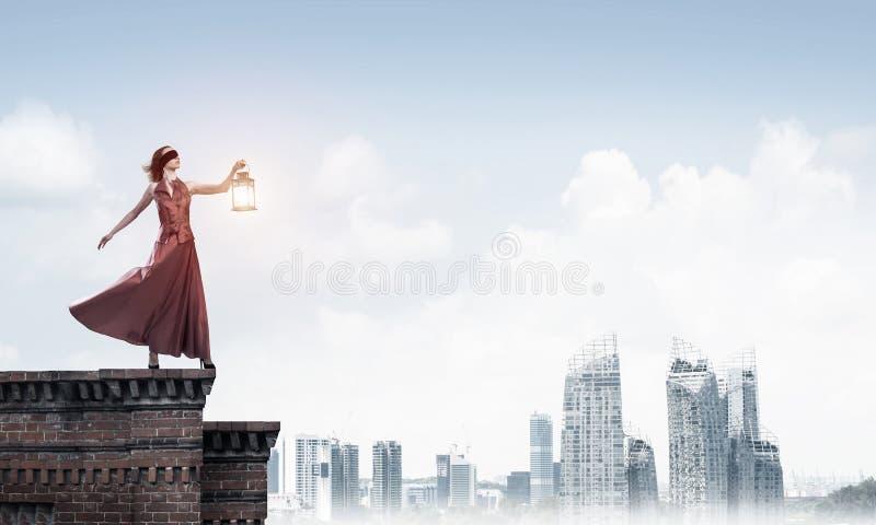 Muse attrayante de fille avec la vieille lanterne ? disposition au jour d'?t? Media m?lang? photographie stock