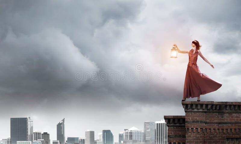 Muse attrayante de fille avec la vieille lanterne ? disposition au jour d'?t? Media m?lang? photo libre de droits