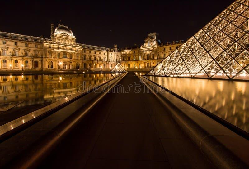 Musee-Louvre in Paris bis zum Nacht stockbilder