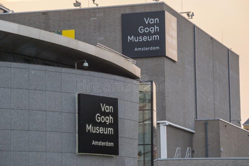 Museerna på museumfjärdedelen i Amsterdam - Van Gogh Museum - AMSTERDAM - NEDERLÄNDERNA - JULI 20, 2017 royaltyfria foton
