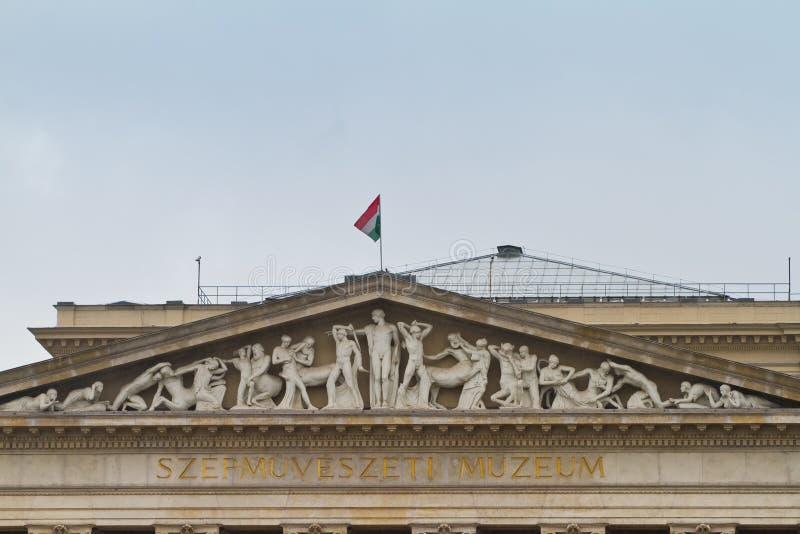 Museet av konster, Szepmuveszeti Muzeum på hjältar kvadrerar, specificerar av fronton med forntida stilskulpturer arkivfoton