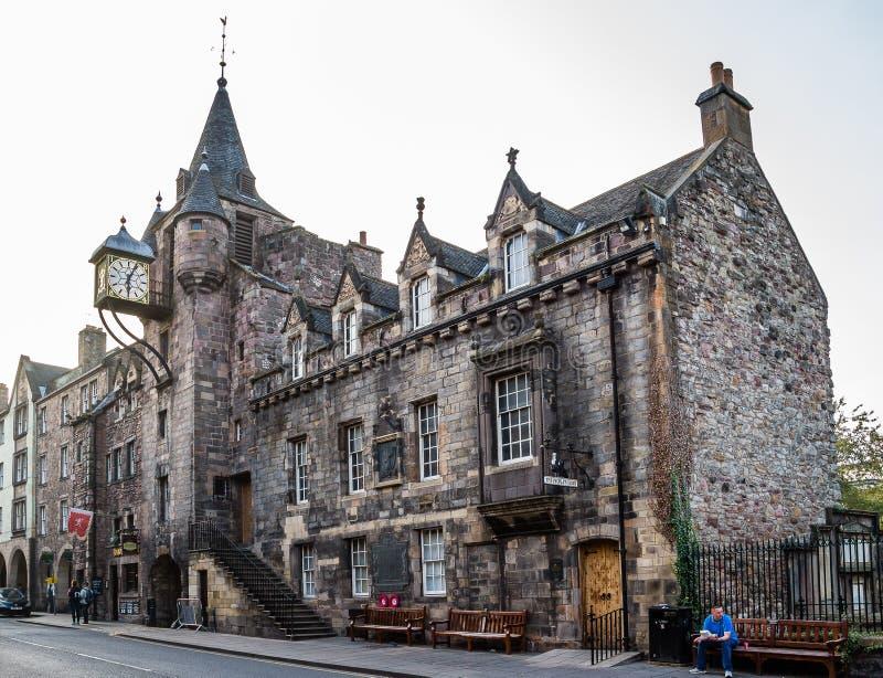 Museet för berättelse för folk` s och den Canongate tollboothen i Edinburg, arkivfoton