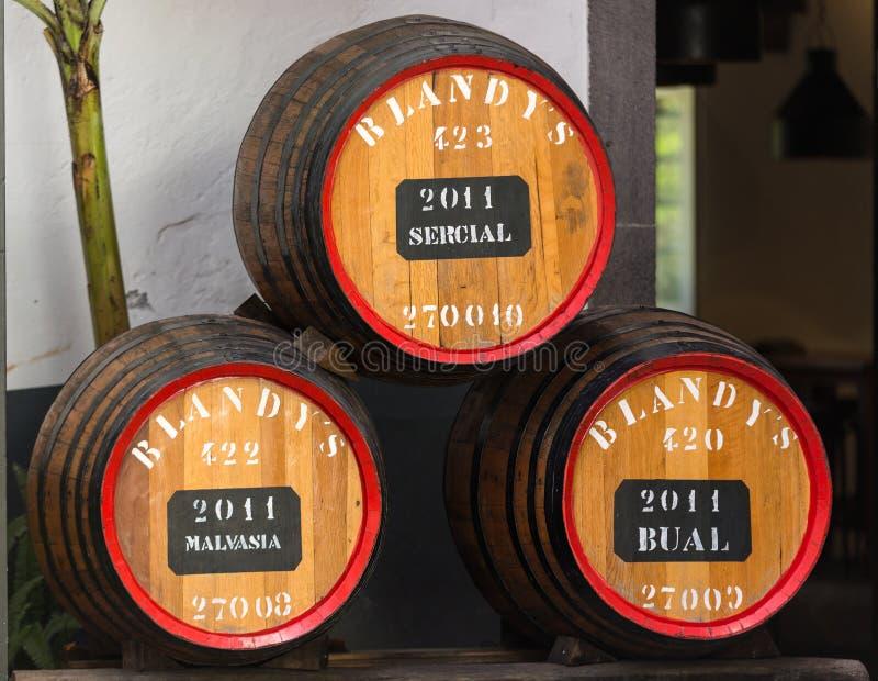 Museet - lagring av dyrt tappningvin Madera Enorma trummor markeras av data av vin arkivbilder
