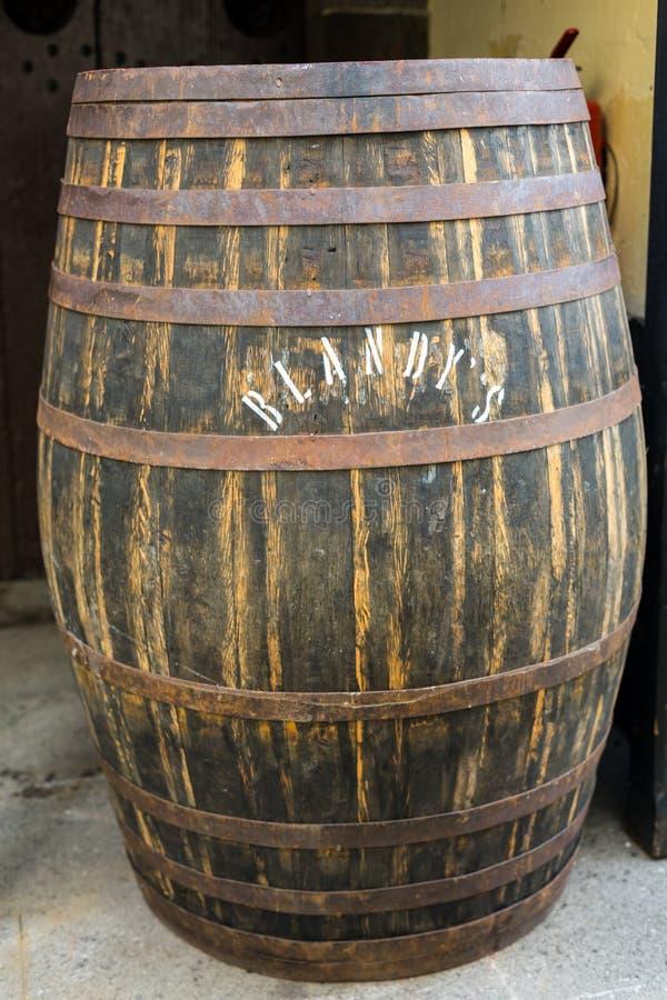 Museet - lagring av dyrt tappningvin Madera Enorma trummor markeras av data av vin arkivbild