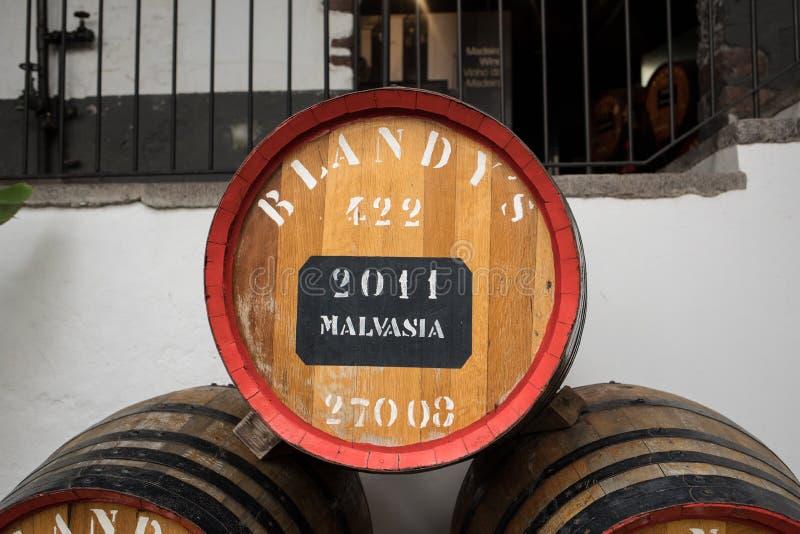 Museet - lagring av dyrt tappningvin Madera Enorma trummor markeras av data av vin funchal madeira portugal royaltyfri bild