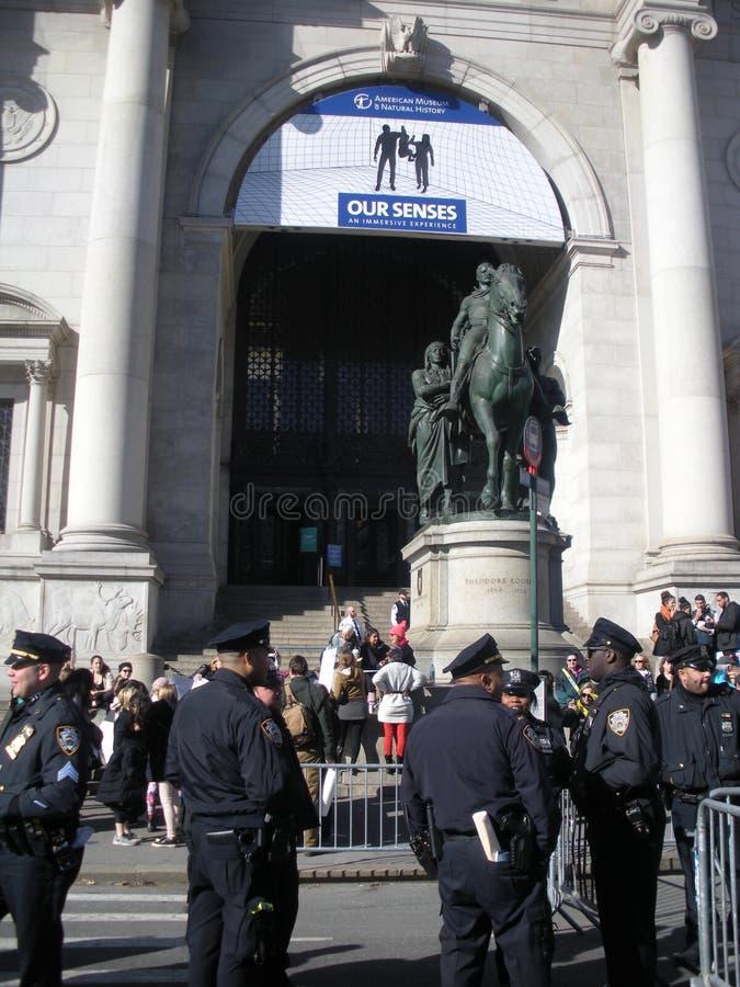 Museo americano de la historia natural, seguridad de NYC, oficiales de policía en la calle, Central Park del oeste, NYC, NY, los  fotografía de archivo