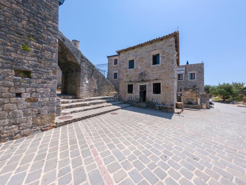 Museo archeologico in costruzioni storiche di vecchia città di Dulcigno, Montenegro fotografie stock
