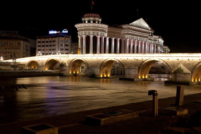Museo archeologico della Macedonia e ponte delle civilizzazioni a Skopje immagine stock