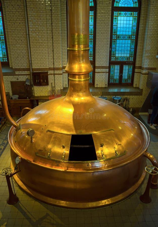 Museo de la fábrica de la cerveza de Heineken, los tanques que elaboran de cobre tradicionales, Amsterdam, los Países Bajos, el 1 imagen de archivo