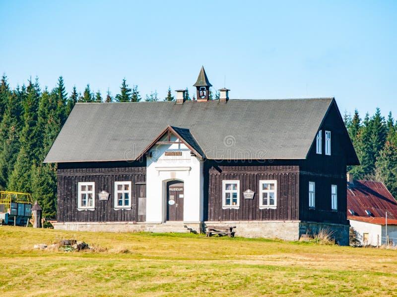 Museo de las montañas de Jizera en el edificio de la escuela anterior, pueblo de Jizerka, República Checa fotografía de archivo