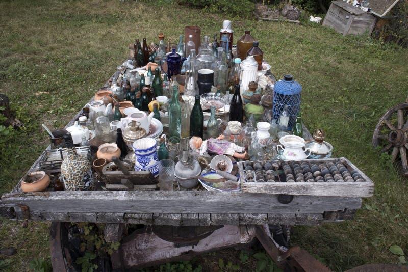 Museo de viejas cosas innecesarias, desperdicios indeseados antiguos del aire abierto fotografía de archivo