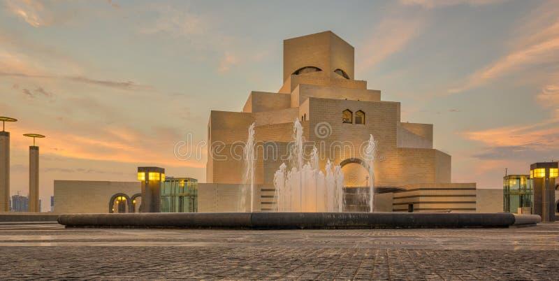 Museo del arte islámico, Doha, Qatar en la opinión exterior de la luz del día imagen de archivo libre de regalías