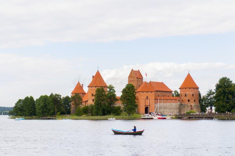 Museo del castillo de Trakai en el lago galve, cerca de Vilna, Lituania foto de archivo libre de regalías