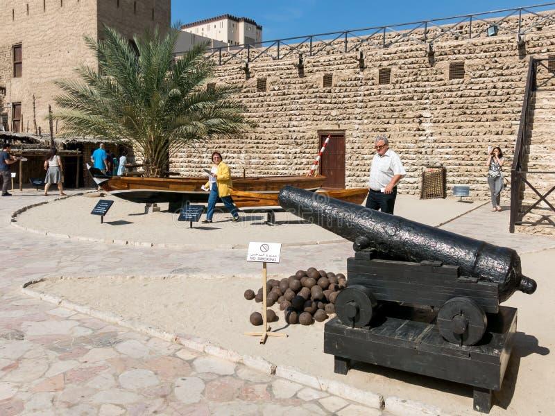 Museo del Dubai nel cortile di Al Fahidi Fort fotografia stock