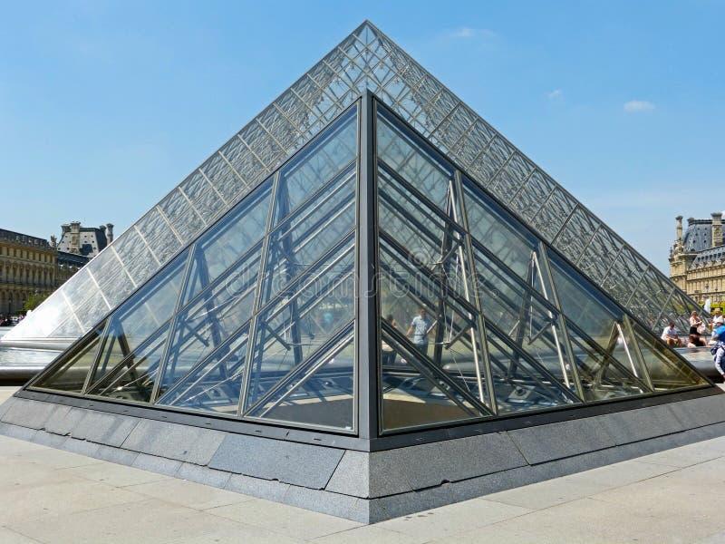 Museo del Louvre de la pirámide en París imágenes de archivo libres de regalías
