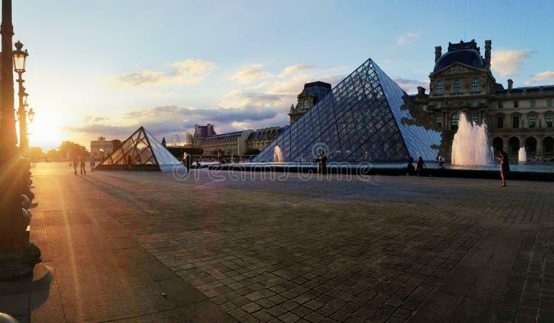 Museo del Louvre en la puesta del sol fotografía de archivo libre de regalías