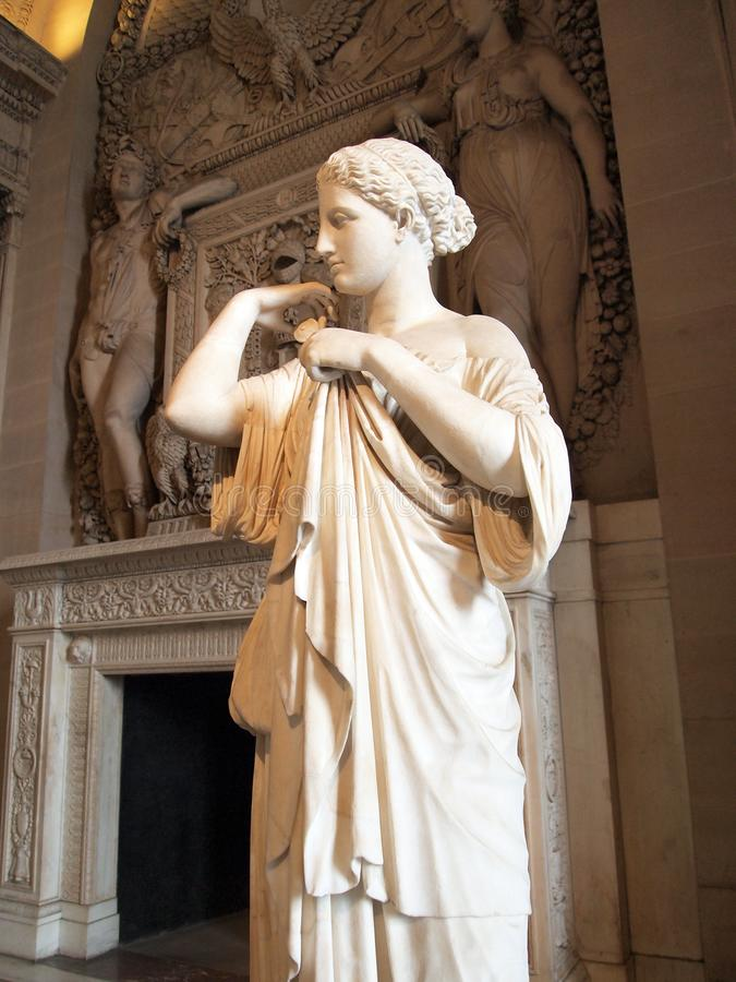 Museo del Louvre, estatua de mármol, FIGURA FEMENINA CON TÚNICA fotografía de archivo
