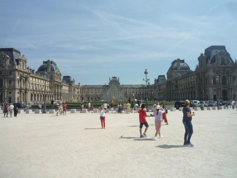 Museo del Louvre, Parigi, Francia, il 16 agosto 2018: ospiti fuori del museo immagini stock libere da diritti