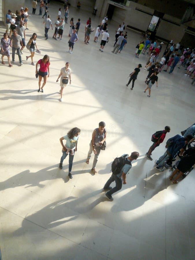 Museo del Louvre, Parigi, Francia, il 16 agosto 2018: ospiti nel corridoio della piramide fotografia stock