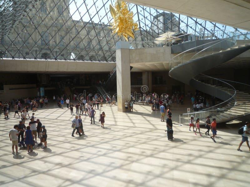 Museo del Louvre, Parigi, Francia, il 16 agosto 2018: ospiti nel corridoio delle statue fotografie stock libere da diritti