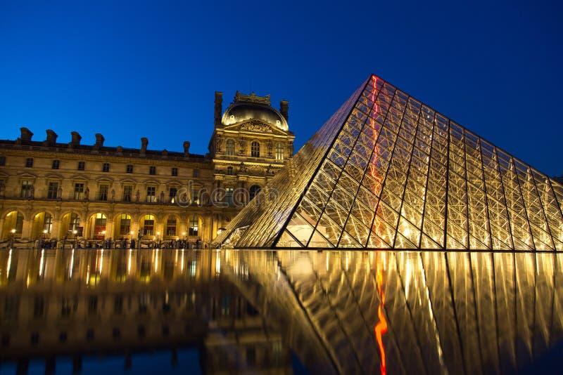 Museo del Louvre por noche imagen de archivo libre de regalías